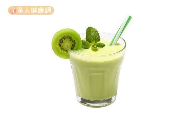 「堅果香蕉奇異果汁」適量飲用有助緩解便祕,每天只要 2 杯即,滿足飲食指南的堅果種子和水果建議量。