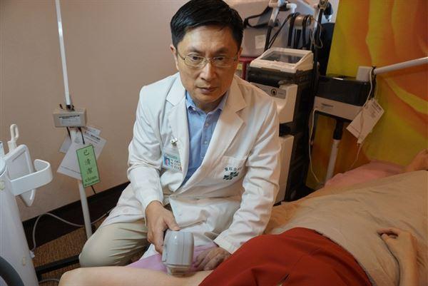 甯中柱醫師表示,使用微波熱能來破壞腋下汗腺組織,不用開刀、不留傷口疤痕,就能同時改善狐臭和多汗的困擾。(圖片提供/童綜合醫院)