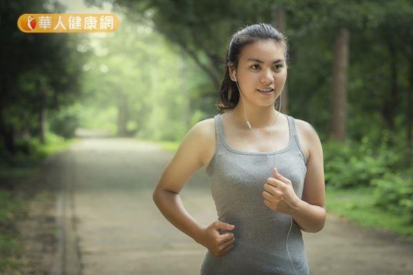 跑步前沒有做好暖身就全力衝刺,容易造成側腹部疼痛的情況。