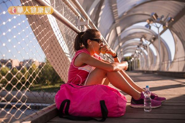 運動前飲食應以低脂肪食物為主,以免消化不良而引發側腹疼痛。