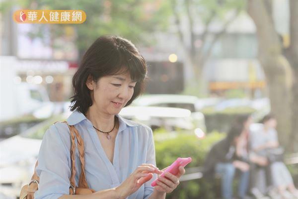 眼袋鬆垮除了與年紀有關,現代人長時間使用手機、電腦等3C產品也是原因之一。