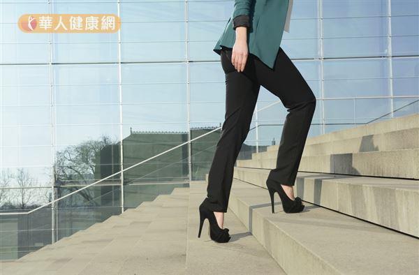 ▲圖片來源/華人健康網提供  穿著高跟鞋會身體重心往前傾,也容易導致髕骨往外偏離。