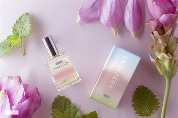 天然植物具有療癒身心的力量,利用植物精油做成香水就可隨時享有花草芬芳,幫助舒緩壓力。