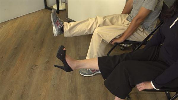 坐在椅子上,雙膝蓋自然垂下,讓一側小腿向上伸直,再緩緩屈膝、下彎,換另一腳重複動作。