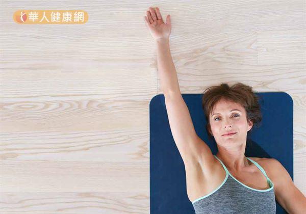 手臂抬舉運動之前,應先做好暖身伸展,有助於胸腔開闊。