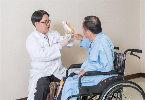 鄧翔駿醫師表示:不動刀關節治療數,雖然開啟了關節退化的新契機。但疾病仍須醫師評估。一般而言,越早治療效果越好。(圖片/鄧翔駿院長提供)