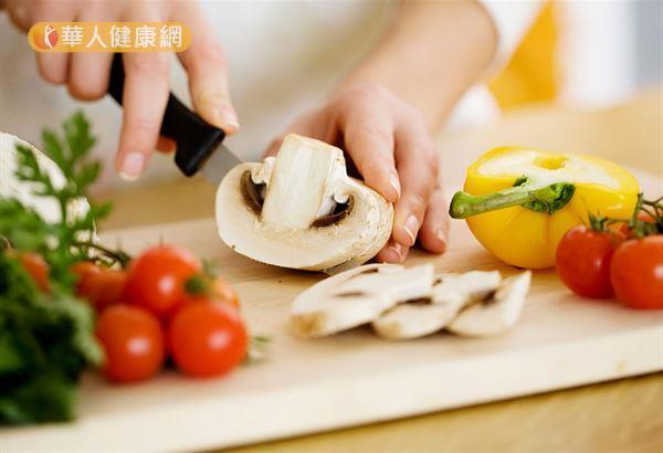 每100公克香菇的膳食纖維就有3.8公克,相較於其他蔬菜平均1公克高,有助排便,維持體內環保,以及增加飽足感。
