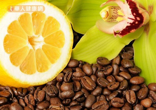 歐美掀起一股黑咖啡搭配黃檸檬的流行風潮。