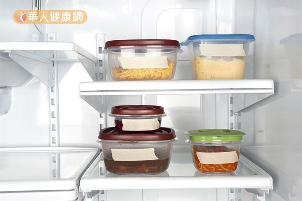 塑膠盒用久了容易有食物異味殘留,咖啡渣可以幫忙除臭!