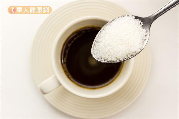 喝咖啡時應減少糖的添加量,否則會增加熱量,不利於體重控制。