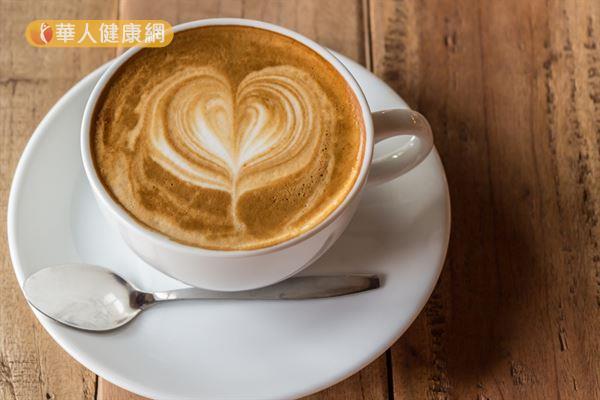 咖啡因有利尿作用,可以增加排尿量,將多餘的鈉離子排出體外。