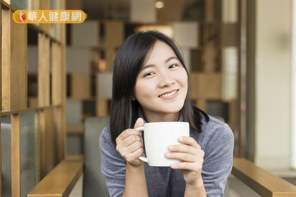 研究顯示,女性常喝咖啡不但不會高血壓,反而可以降低些許的風險。