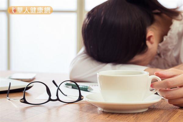 咖啡因攝取過量會引起心跳加快、心煩、手震、打冷顫的症狀。長期都有喝咖啡的習慣,某天突然中斷不喝,則會導致頭痛、煩躁、失眠等現象。