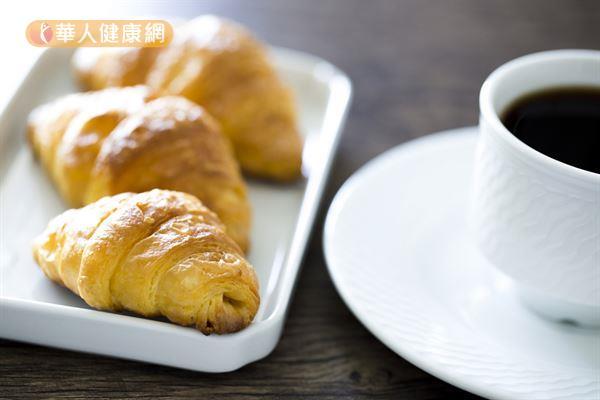 咖啡可以幫助消化、改善便祕,但應避免空腹時飲用,建議餐後30分鐘再喝。