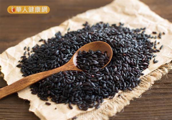黑米更含有獨特的花青素、維生素A等抗氧化成分,適度食用能幫助人體抵禦過氧化物(自由基)的傷害。此外,黑米中所含的鉀、鈣、鎂、鐵、鋅等人體必須微量元素也較白米高出許多。