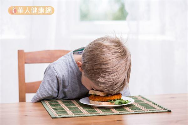 孩子3歲以前的「斷電」現象常出現各種怪異睡姿,引人發噱。