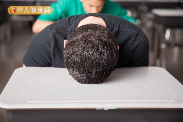 青少年若有白天嗜睡的情況,可能與ADHD、嗜睡症或是流感後併發症,建議及早接受治療。