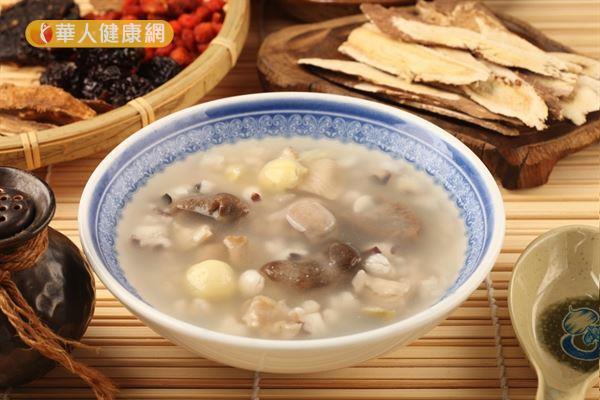 「四神湯」原稱為「四臣湯」,由芡實、蓮子、淮山(山藥)和茯苓等4種臣藥所組成。