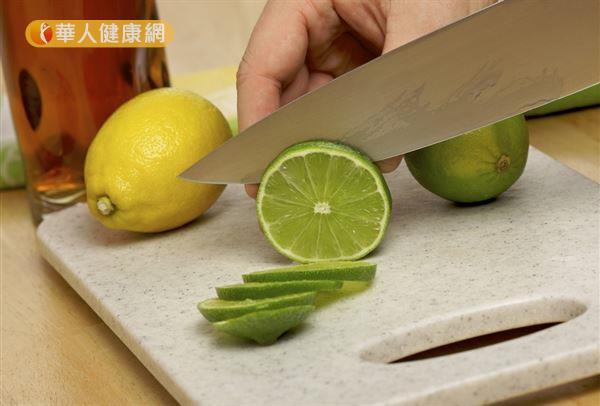 檸檬嚐起來酸酸的,實際上卻屬於鹼性食物。