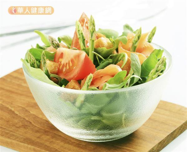 若攝取過量的蔬菜,大量膳食纖維可能會影響營養素吸收,增加腸胃道負擔。