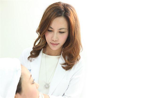 經過醫師的專業評估後,在凹陷的淚溝部位適度以玻尿酸填補,可幫助提升臉部的氣色和精神。(圖片/劉淳熙醫師提供)