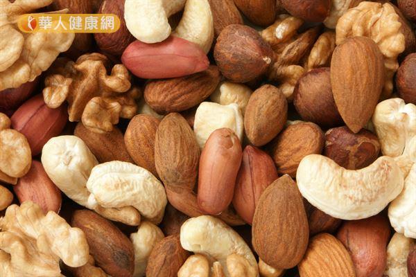 花生、腰果、開心果、瓜子等堅果類食物熱量較高,千萬記得控制攝取量!
