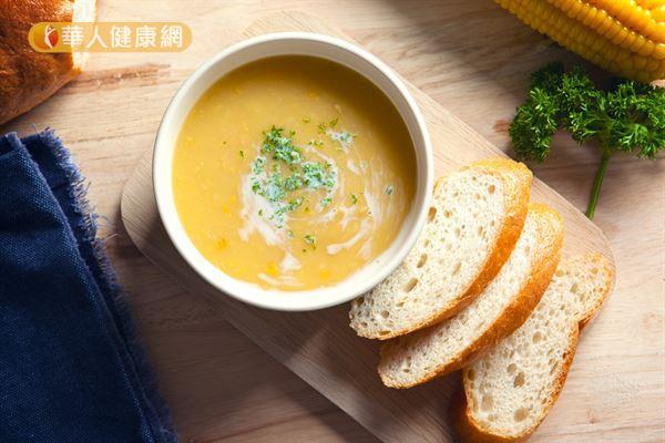 西餐的濃湯熱量較高,建議以清湯取代濃湯。