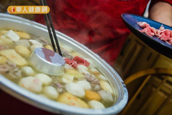 吃火鍋時應避免各類火鍋料,減少熱量和人工添加物的攝取。