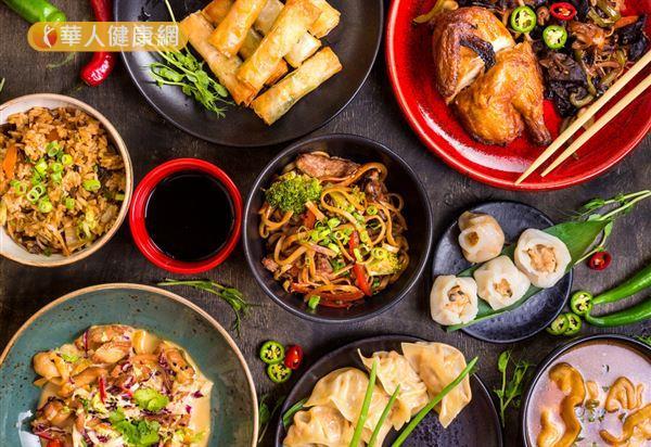 中式年菜往往大魚大肉、多油炸,建議以非油炸的雞肉、海鮮取代紅肉。