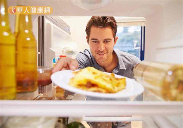 醫師提醒,年節剩菜食物應放入冰箱儲存,避免細菌感染。