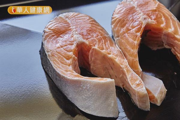 鮭魚還沒烹煮之前的肉質顏色偏紅,但仍被歸類為「白肉」,這是因為其紅色不是來自肌紅蛋白。