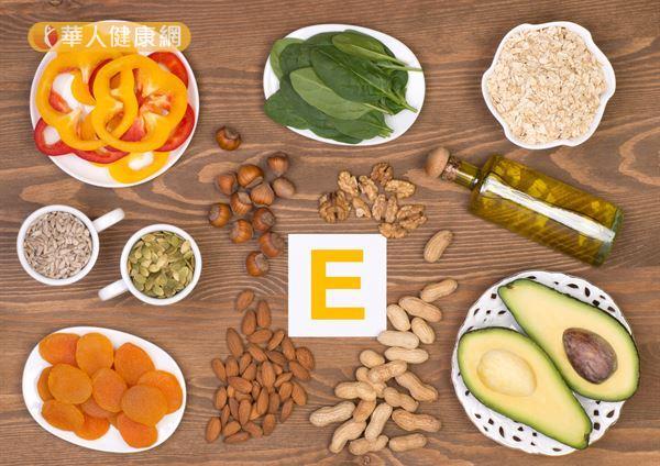 深綠色蔬菜、芝麻、核桃、杏仁、玉米油、大豆油都富含維生素E.