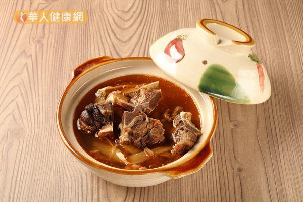 子宮肌瘤的患者若想喝當歸生薑羊肉湯,務必先諮詢專業中醫師,切勿自行服用!
