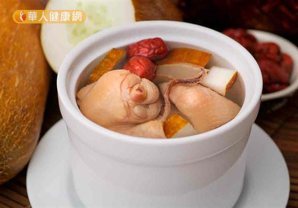 暖冬先養腎,中醫師推薦喝藥膳雞湯,增強免疫力,遠離手腳冰冷。