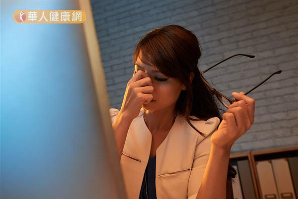 為防止黑眼圈問題,平時應避免熬夜、減少3C產品的使用時間,讓眼睛獲得充分休息。