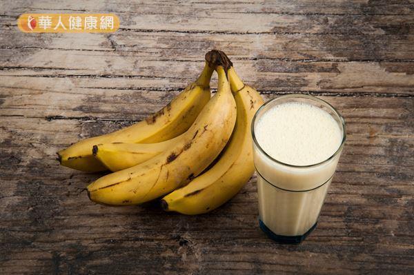 每日一根香蕉搭配一杯溫熱無糖豆漿,能讓腸道通順不卡卡,從此擺脫便秘!