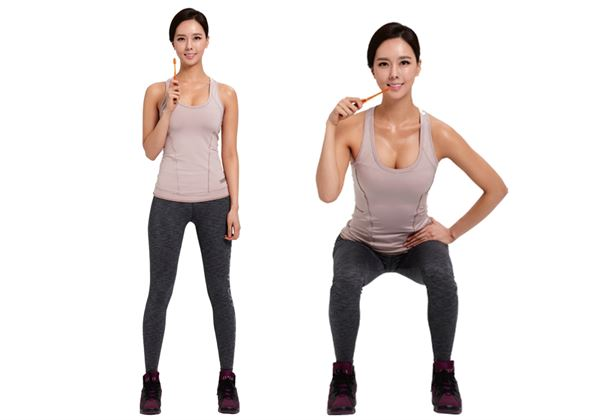 往下坐,注意膝蓋不能超出腳尖,臀部也不能往後翹。這裡不是要彎曲膝蓋,而是用體重下拉骨盤的感覺。(圖片/瑞麗美人國際媒體提供)
