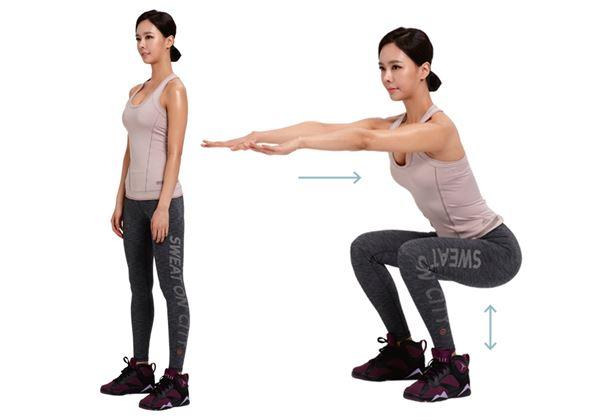 視線朝前,站立並將雙腿張至比肩膀寬,腹部用力,腰縮緊。往下坐,注意膝蓋不能超出腳尖,臀部也不能往後翹。(圖片/瑞麗美人國際媒體提供)