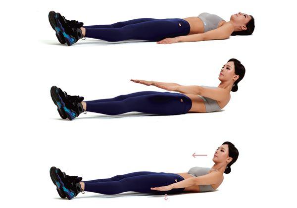 直立躺平,視線朝天花板,雙手自然擺在臀部兩側。下半身固定,雙臂往前伸,要用腹部的力量,抬起上半身,脖子不能出力。(圖片/瑞麗美人國際媒體提供)