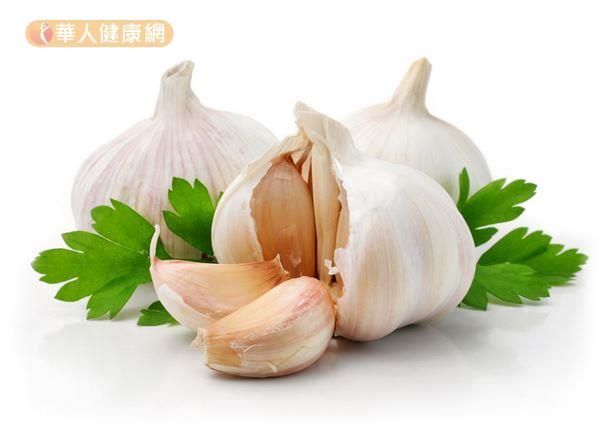 大蒜含有豐富的蒜素,殺菌能力很強,切碎以後生吃,可以預防感冒。