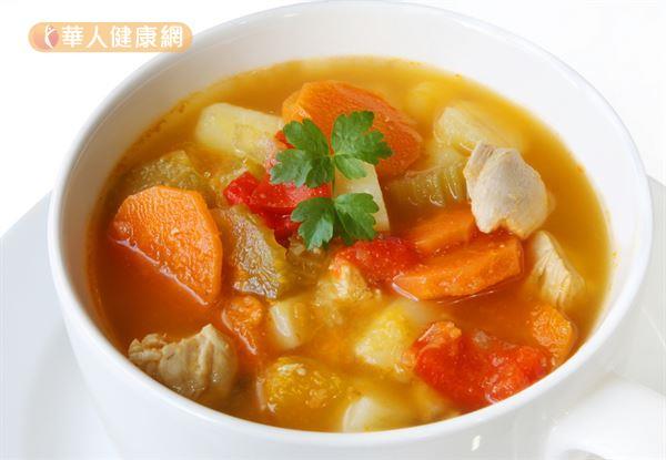 雞湯、雞肉十分營養,有助於維持免疫力,建議搭配紅蘿蔔、番茄、西洋芹等蔬菜一起燉煮,營養價值更高!