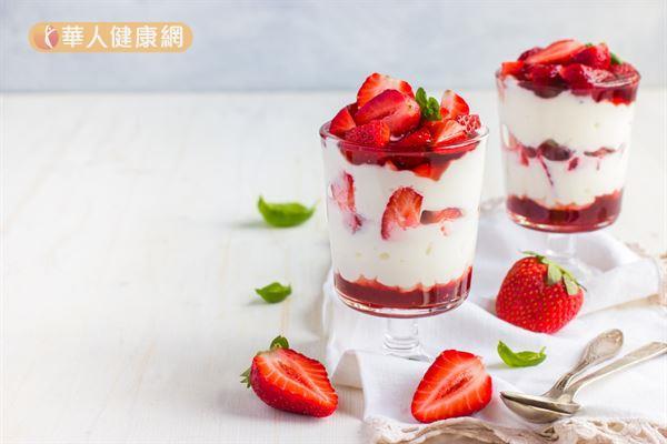 優格中的益生菌有調節免疫力的功能,搭配時令草莓一起享用,補充維生素C,效果加分!