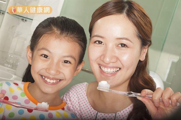 建議使用貝氏刷牙法,較能確實清潔牙菌斑。