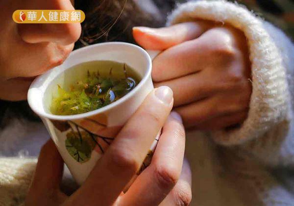 藥膳茶飲中,菊花綠茶可清熱解毒、健脾化濕、緩解體臭。