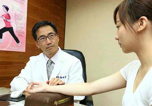中醫師羅明宇(左)強調,肝熱體質者容易產生狐臭。(圖片提供/台灣中醫臨床醫學會)
