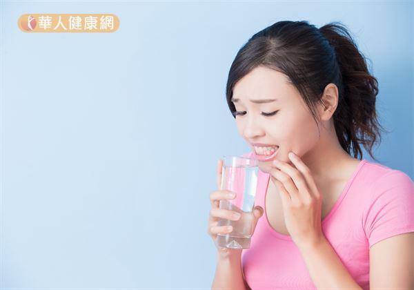 每當喝冰水、吃冰品、甜食,牙齒就發酸、刺痛?當心,恐是「敏感性牙齒」作祟!