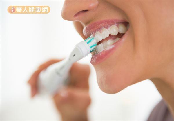 養成良好的口腔衛生習慣,三餐飯後30分鐘適度利用牙線、牙刷清潔牙齒