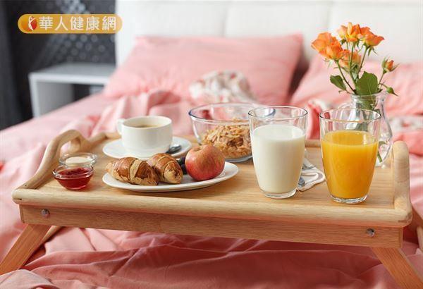 建議上班族,每天早上保持食用早餐的良好習慣,並謹慎挑選早餐飲食內容,均衡攝取全榖根莖類、豆魚肉蛋類、蔬菜、水果及低脂奶等營養素。