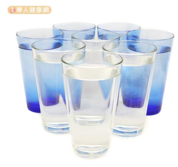 夏日喝水學問大,「少量、多次、慢飲」很重要。