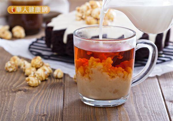 「薑汁奶茶」的材料有紅茶包1包、熱開水120C.C.、鮮奶120C.C.、老薑1小塊。